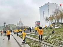 Субботник у памятника князю Владимиру в Москве