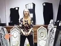Анастасия Мякина на фоне надгробий