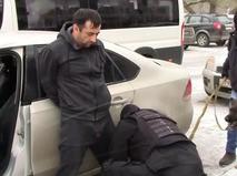 Сотрудники ФСБ задерживают одного из двух россиян, организовавших незаконное пересечение границы РФ с иностранцами