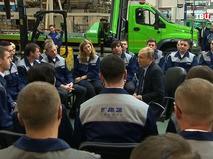 Президент России Владимир Путин во время посещения Ярославского моторного завода