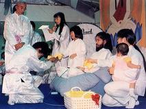 """Лидер и основатель японской секты """"Аум Сенрикё"""" Секо Асахара с членами секты"""