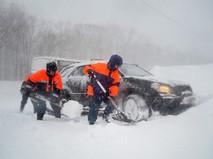 Спасатели МЧС ликвидируют последствия снегопада