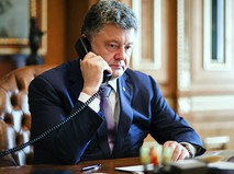 Президент Украины Пётр Порошенко разговаривает по телефону