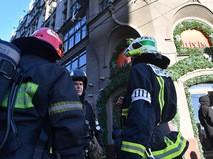 Сотрудники пожарной службы у здания ЦУМ в Москве
