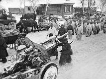 Оборона Москвы. Советские войска проходят по улице освобождённой деревни. Декабрь 1941 год