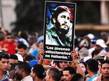 Кубинцы во время митинга в память об ушедшем из жизни лидером кубинской революции Фиделе Кастро