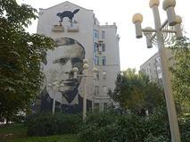 Портрет писателя Михаила Булгакова, изображённый на стене дома в Большом Афанасьевском переулке в Москве