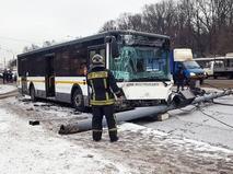 Автобус врезался в фонарный столб