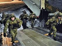 Военнослужащие армии России заходят в самолет