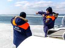 Спасатели МЧС на берегу