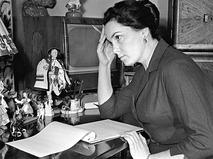 Элина Быстрицкая за письменным столом