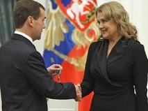 Дмитрий Медведев вручает орден Дружбы Ирине Алфёровой