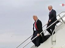 Дональд Трамп спускается по трапу самолета