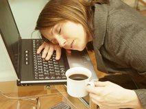 Уставшая от работы женщина