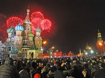 Жители и гости столицы празднуют встречу Нового года на Красной площади