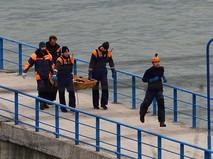 Спасатели несут тело погибшего в крушении самолета Минобороны Ту-154 у побережья Черного моря в Сочи