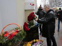 Руководитель департамента культуры Москвы Александр Кибовский возлагает цветы у здания Академического ансамбля песни и пляски Российской армии имени Александрова в Москве