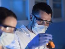 Ученые за работой в лаборатории