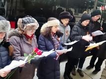 У входа в российское Генконсульство в Нью-Йорке хор Шиллеровского института спел гимн России