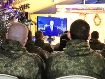 Российские военные смотрят новогоднее обращение Владимира Путина