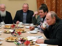 Владимир Путин во время беседы с рыбаками после Рождественского богослужения в Свято-Юрьевом монастыре в Новгородской области.