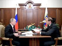 Президент России Владимир Путин и министр промышленности и торговли России Денис Мантуров