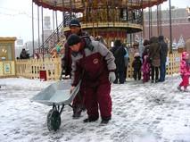 Дворники посыпают улицу реагентами. Красная площадь. Москва