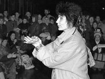 Джуна выступает перед работниками одного из московских заводов