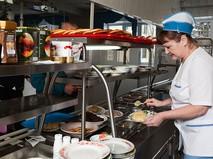 Линия раздачи еды в столовой предприятия