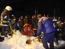 Спасатели МЧС расчищают от снега места схода лавины