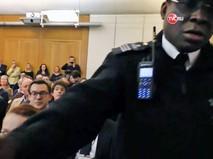 Охрана выводит журналиста Грэма Филлипса с заседания