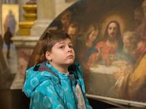 Мальчик перед иконой в Исаакиевском соборе