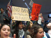 Люди протестуют против политики Дональда Трампа