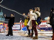 Туристы фотографируются на Красной площади в Москве
