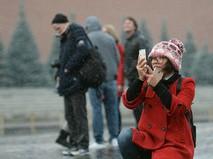 Турист фотографируется на Красной площади в Москве