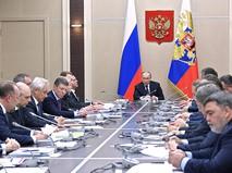 Президент России Владимир Путин проводит совещание с членами кабинета министров