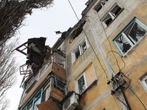 Дом, пострадавший в результате обстрела украинскими силовиками Донецка