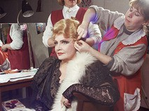 Татьяна Доронина готовится к выходу на сцену в гримёрной