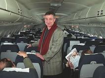 Семён Альтов на борту самолёта