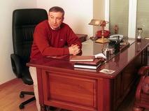 Семён Альтов в рабочем кабинете дома