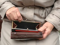 Пустой кошелек в руках пожилой женщины