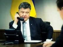 Пётр Порошенко разговаривает по телефону