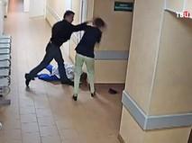 Пьяный пациент избил медсестру и санитарку в Новгороде