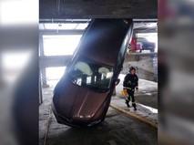 Упавшая машина в многоярусном паркинге