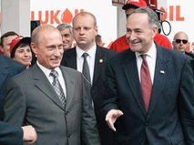 Владимир Путин во время визита в США в 2003 году. Справа — сенатор Чак Шумер