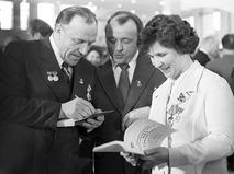 Михаил Ульянов даёт автографы делегатам XXV съезда Коммунистической партии СССР