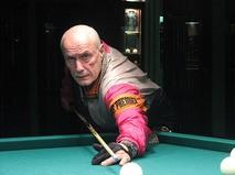 Александр Пороховщиков играет в бильярд