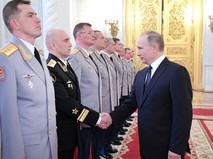 Президент России Владимир Путин и офицеры