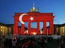 Бранденбургские ворота в Берлине в цветах турецкого флага