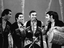 """Вахтанг Кикабидзе исполняет грузинскую песню с ансамблем """"Орэра"""". 1977 год"""
